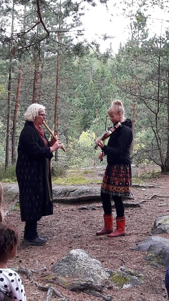 Sanne Tschirpken ja Ella Isotalon soitto ja laulu soi metsässä upeasti.